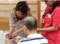 老人介護施設での出張レッスン風景